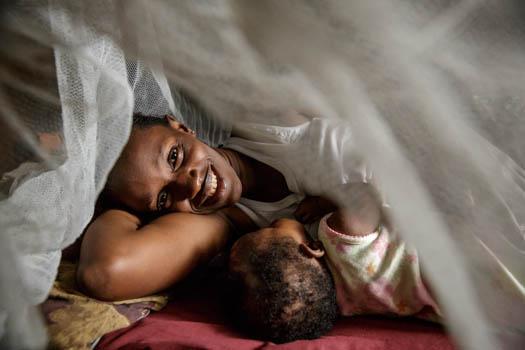 Två personer under ett myggnät