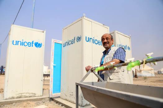Toaletter och handfat i ett flyktingläger