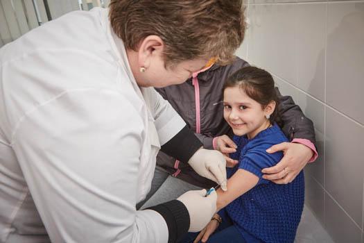 Barn får vaccin